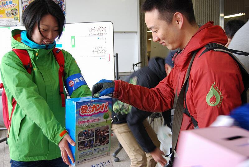 写真:九州地震災害に対する「救援カンパ」の様子01