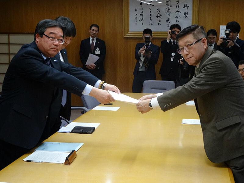 写真:佐竹知事へ要請書を手交